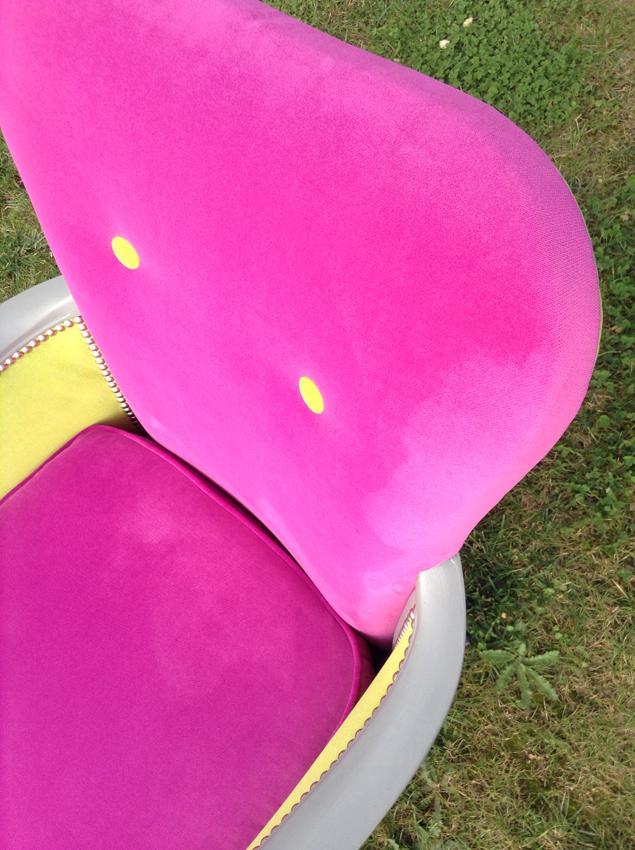 Relooking d'une chaise en velours rose et jaune - Brest